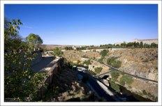 Вид с высоты обзорной площадки на реку Тахо.