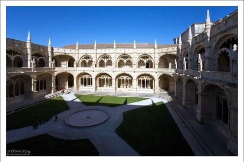 Один из самых интересных уголков монастыря - это крытая галерея с внутренним двориком (Cloister). Mosteiro dos Jerónimos.