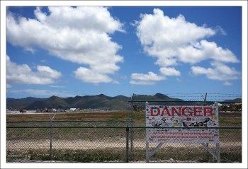 Знак, предупреждающий об опасности нахождения сзади взлетающего самолета.