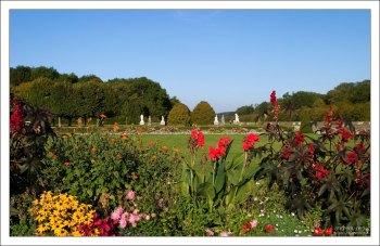 Замок Фонтенбло окружен огромным парком и лесом, часто упоминающимися в исторических романах Александра Дюма.