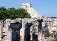 Тысячи колонн и Храм Кукулькана на заднем плане. Чичен-Ица.