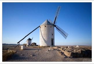 Ветряные мельницы - основная деталь пейзажа сельской Ла-Манчи.