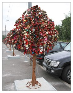 Железные деревья с «замками любви» около Лужкова моста.