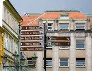Указатель в центре к основным достопримечательностям Праги.