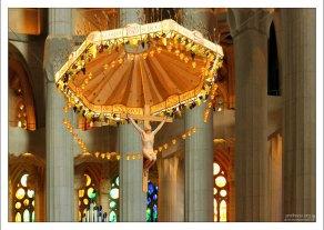 Невероятно красивая, мягкая подсветка в храме Саграда Фамилия.