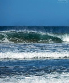 Волны, закручивающиеся в трубочки около Ведьминой скалы.
