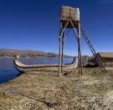 Поверхность островов Урос мягкая и пружинистая, вода местами просачивается сквозь тростниковый покров.