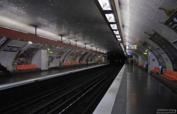 Типичная французская станция метро.