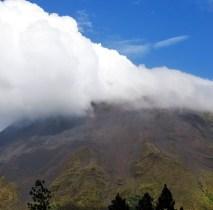 Скрытая облаком вершина вулкана Аренал.