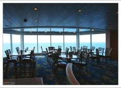 Уголок для завтрака с видом на море.