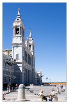 Собор Альмудена (La catedral de Santa María La Real de La Almudena) на Оружейной площади Королевского дворца.