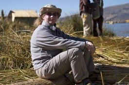 Катя отдыхает на тростниковой лавке.