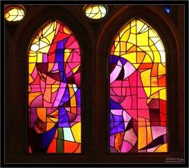 Витражей в Храме много, всяких разных цветов, представляющих собой, в основном, абстракции.