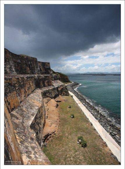 Толщина стен форта Эль Морро достигает пяти с половиной метров.