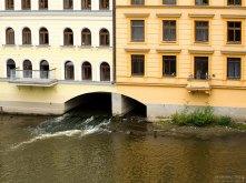 Дом около Карлова моста, с проходящим под ним каналом.