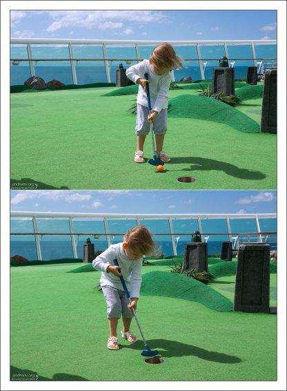Саша учится играть в мини-гольф.