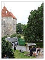 Тир для стрельбы из лука у крепостной стены.