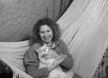"""Катя с белоснежным котом Архизлодея во дворе гостиницы """"Oro Viejo"""" в Наске."""