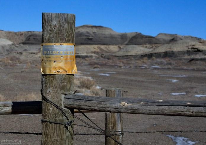 Забор с колючей проволокой по периметру пустоши.
