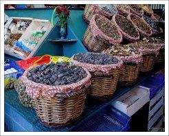 Корзины с сушеными грибами. Рынок Бокерия.