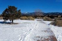 Тропинка под снегом в парке Hillside park.