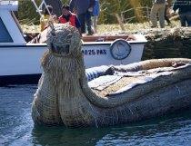 Тростниковая лодка с грозной головой пумы.