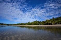 Пляж в курортном городке Samara.