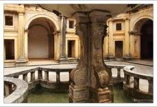 Клуатр - типичная для романской и готической архитектуры крытая обходная галерея.