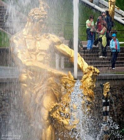 Самсон, раздирающий пасть писающему мальчику льва. Нижний парк Петергофа.