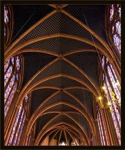 Звездный потолок в верхней капелле Sainte-Chapelle.