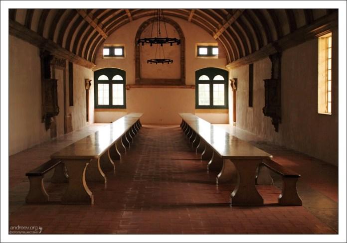 Трапезная тамплиеров. В соседних помещениях была устроена кухня и погреба для масла и вина.