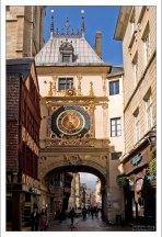 Улица Часовой башни (Rue du Gros Horloge) в Руане - первая появившаяся во Франции пешеходная зона.