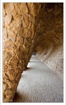 "Проход ""с наклоном"" под названием Carob's viaduct. Парк Гуэля."