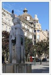 """Статуя """"Menina Nua - A Juventude"""" (""""Обнаженная девушка - Юность"""") скульптора Henrique Moreira. Площадь Praca de Liberdade."""