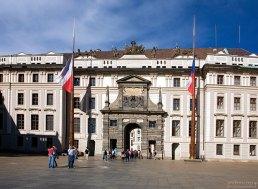 Флагштоки из цельных еловых стволов в Первом дворе Града.