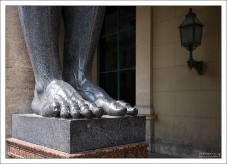 Гранитные ноги Атланта. Новый Эрмитаж.