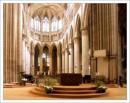 Алтарная часть собора Руанской Богоматери, окруженная 14-ю колоннами.