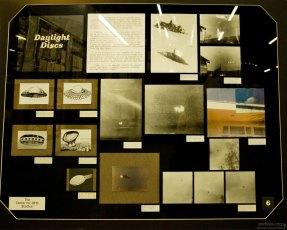Фотографии и рисунки очевидцев в музее, посвященном НЛО.