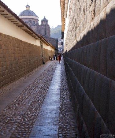 Hatunrumiyoc - узкая, пешеходная улица, знаменитая тем, что её обрамляют останки Инкских стен, состоящие из камней, идеально подогнанных друг к другу по форме и размеру.