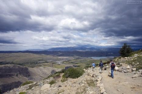 Туристы спускаются в долину после восхождения к башням Torres.