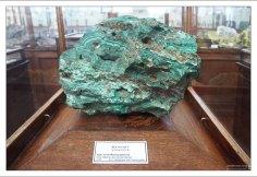 В России малахит известен на месторождениях Урала и Алтая. НИИ им. А. П. Карпинского.
