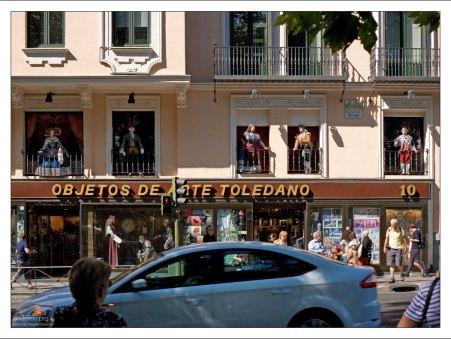 Большой сувенирный магазин напротив музея Прадо.