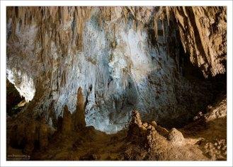 Многочисленные ниши в стенах пещеры.