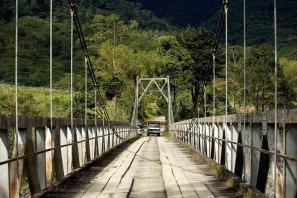 Однополосный мост через реку в национальном парке Tapanti NP.