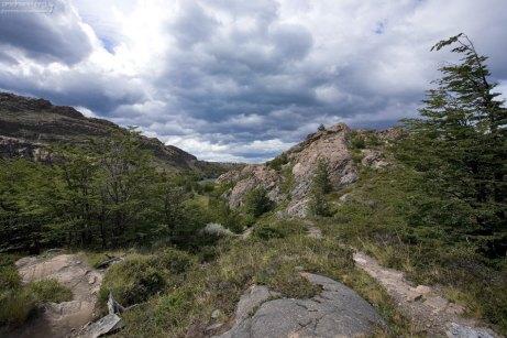 Горный участок тропы вдоль озера Grey.