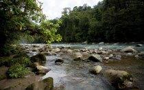 Горная речка с водой молочно-зеленого оттенка. Национальный парк Tapanti NP.