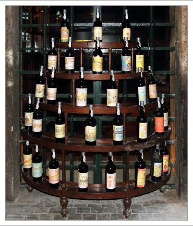 """Пирамида из бутылок с портвейном на складе компании """"Ferreira"""". Вила-Нова-де-Гайа."""
