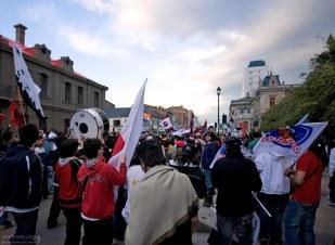 Молодые футбольные фанаты на улицах города.