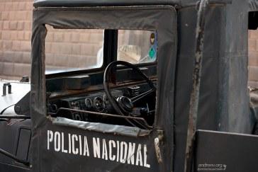 Кабина полицейского грузовика.