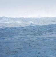 Ледовое поле Southern Patagonia Ice Field и контуры нунатака на горизонте.